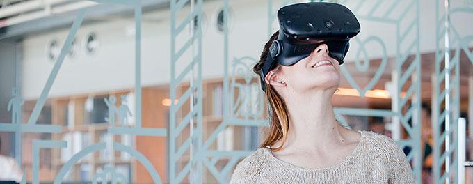 Mujer utlizando VR