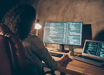 Mujer programando en la computadora