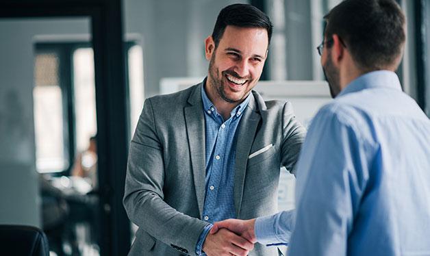hombres ejecutivos saludándose