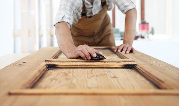 hombre haciendo una puerta de madera