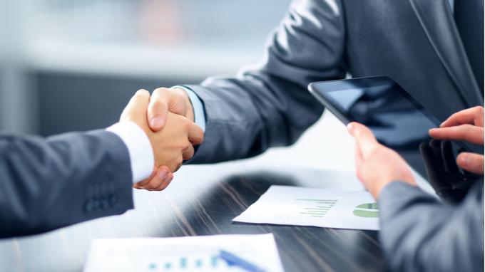 Estrechando manos en negocios