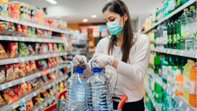 Comprando agua en supermercado