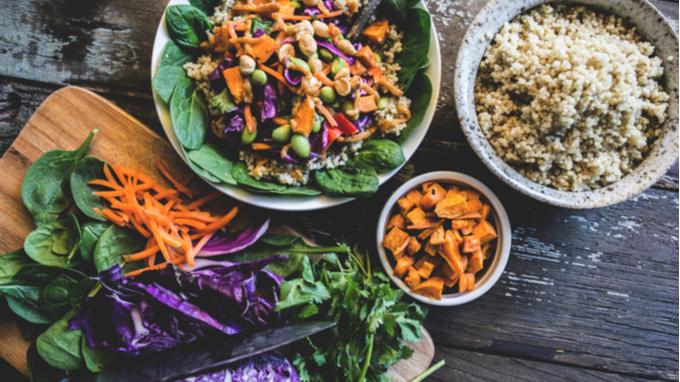 Mesa con diversidad de platos de una dieta basada en plantas
