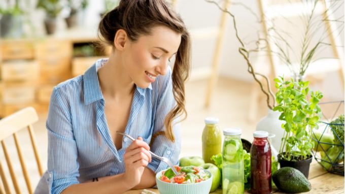 Mujar comiendo ensalada y batidos verdes.