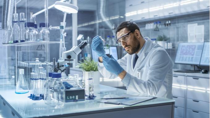 Biotecnología. Hombre en laboratorio.
