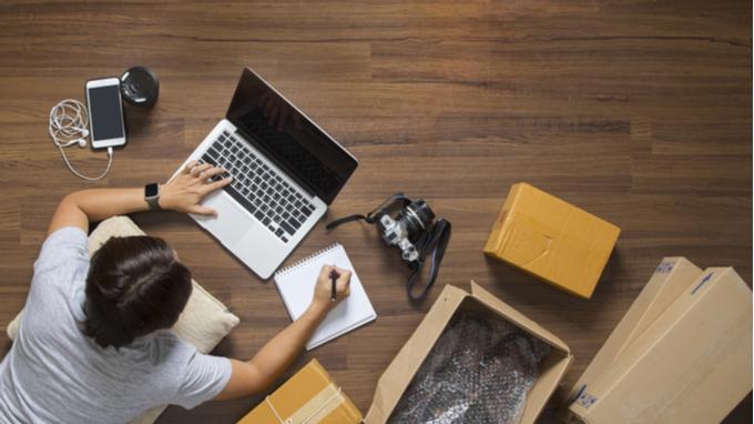 Comercio digital. Hombre sentado haciendo comprar con computadora.