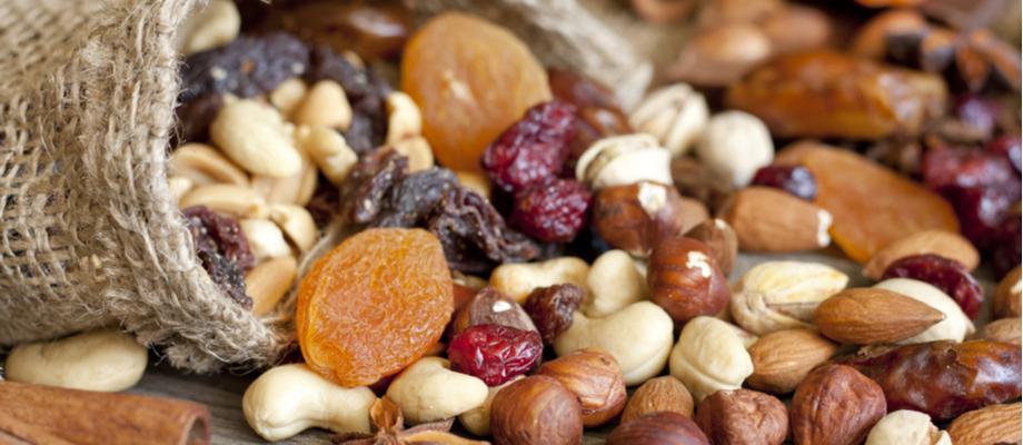 Saco con variedad de frutos secos: maní, nueces, macadamia, otros.