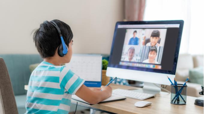 Niño en reunión virtual.