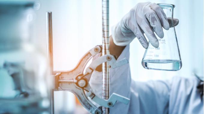 Trabajo de microscopio con cristales de laboratorio, investigación de laboratorio científico y concepto de desarrollo