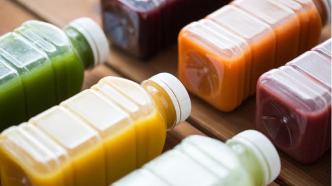 Jugos de frutas en envase plástico.
