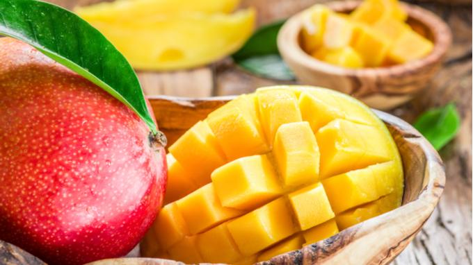 Plato de madera con mango fresco