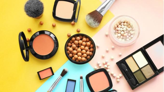 Maquillaje y cosméticos.