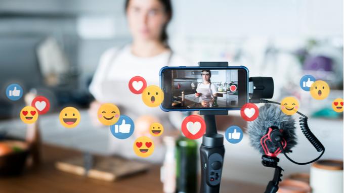 Vloguera grabando streaming para redes sociales.