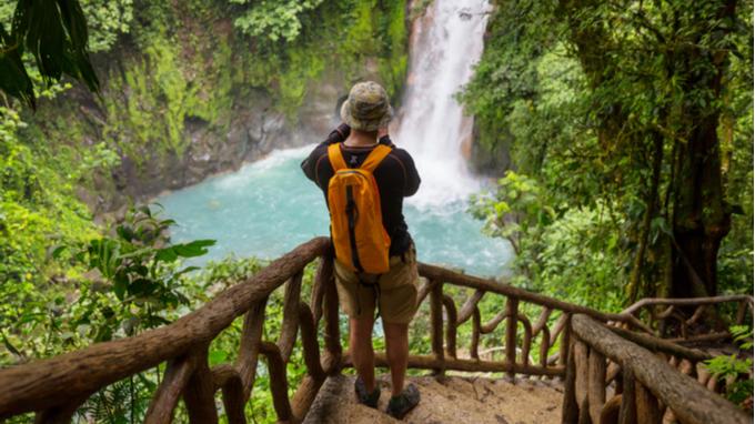 Paisaje costarricense, turista fotografiando una catarata.