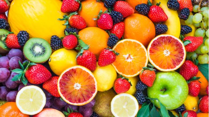 Variedad de frutas: naranaja, fresa, mora, manzana, uvas.